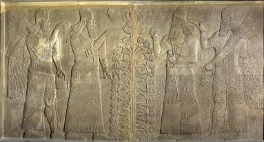 Assurnasirpal compare due volte, al centro. Indossa le vesti per le cerimonie religiose, in mano tiene lo scettro, simbolo del suo potere, e fa un gesto di reverenza verso la divinità alata al centro. Forse la divinità è Samash, in mano tiene un anello che simboleggia l'origine divina del regno. Davanti al re si erge l'Albero sacro, forse simbolo della vita. Alle sue spalle ci sono due spiriti che lo proteggono. © The Trustees of the British Museum