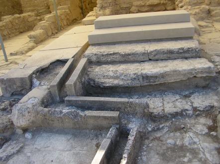 I resti del sistema fognario nel Palazzo di Cnosso, a Creta.