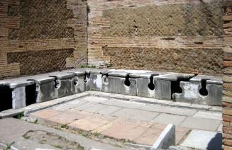 I resti di una latrina a Ostia.